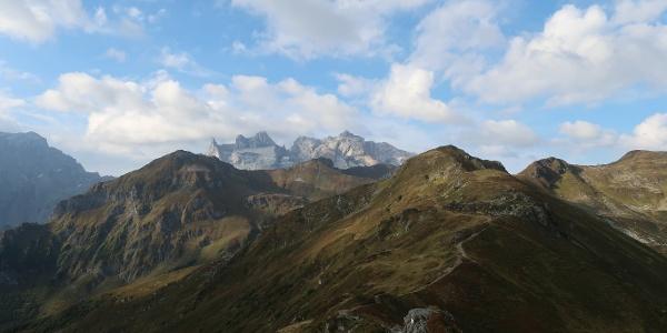 Der Golmer Höhenweg mit den Drei Türmen im Hintergrund