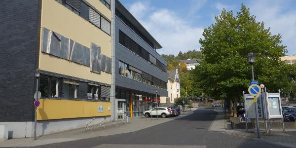 Blick auf das Rathaus Netphen von der Talstraße