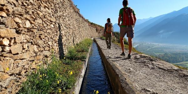 Wandern entlang der Bisse de Clavau.