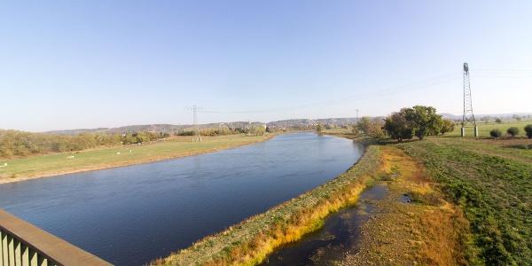 Kilometer 12: Blick von der Eisenbahnbrücke Niederwartha zu den Radebeuler Weinbergen