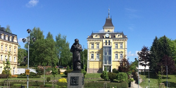 Goethedenkmal und Blick zum Rathaus Asch