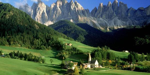 Sullo sfondo le svettanti Odle viste dalla Val di Funes