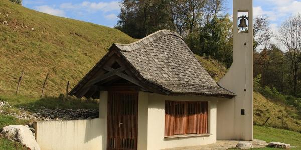 Kapelle beim Weg zum Dorf Plužna
