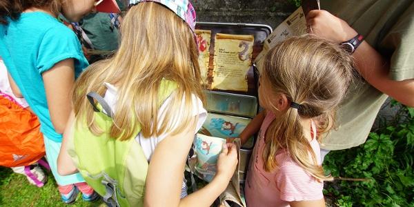 Kinder lösen die Aufgabe um Amdo Mungg und Walis Schatz zu finden