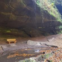 Schleierwasserfall vor der unteren Bärenhöhle mit Teich