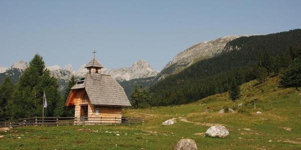 Kapelica z razgledom na Bohinjske gore
