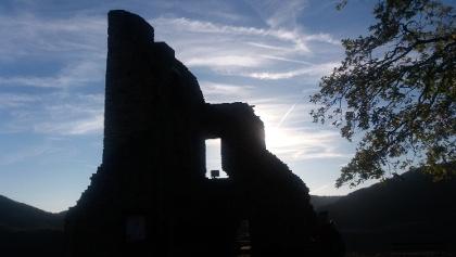 Über den Grat der Engelslei bis hinüber zur Burg Are.