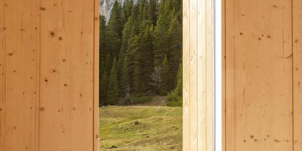 Innenansicht der Wolfgang Dirnbacher Hütte (ÖTK), mit Blick auf die Lechnermauern