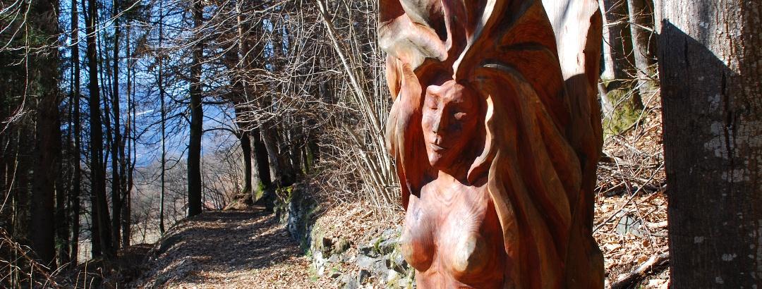 Via da le Vide, scultura in legno tra i boschi sopra Borzago