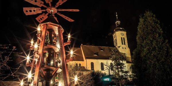 St. Jakobuskirche mit der Weihnachtspyramide auf Gut Pesterwitz