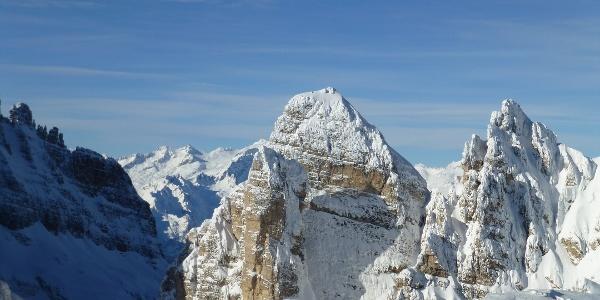 Panorama sulla Cima Sella e la Rocca delle Val Perse lungo la scialpinistica per Cima Roma