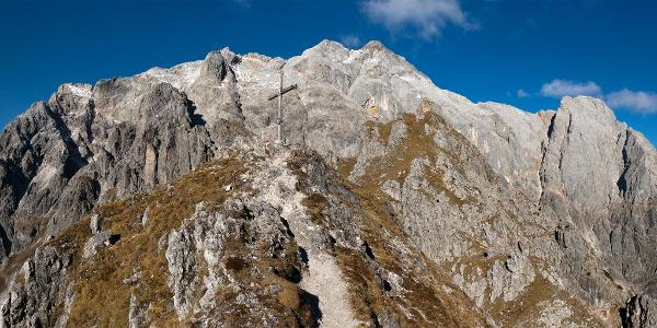 Gipfelkreuz vor dem Hochkönigmassiv - links unten Birnhorn, rechts unten Dachstein