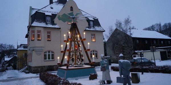 Pyramide vor dem Rathaus in Auerbach/Erzgebirge