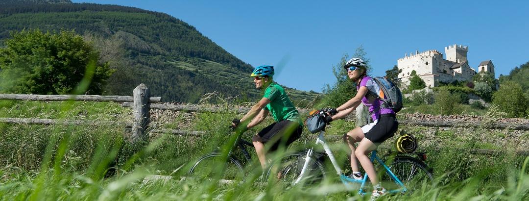 Radfahrer vor der Churburg