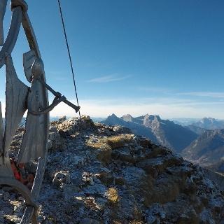 Engel am Gipfelkreuz des Wagendrischlhorn - Schnee nur am Horizont in den Hohen Tauern