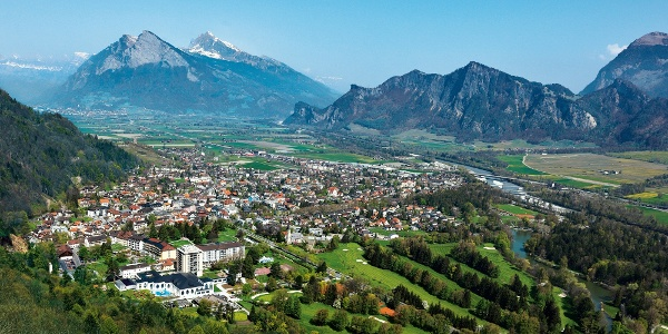 Umgeben von Bergen liegt der bekannte Wellnessort Bad Ragaz.