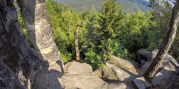 Auf dem Gipfel der Hohen Liebe - im Hintergrund die Affensteine