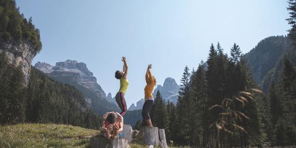 Meditazione nella radura di Malga Brenta Bassa