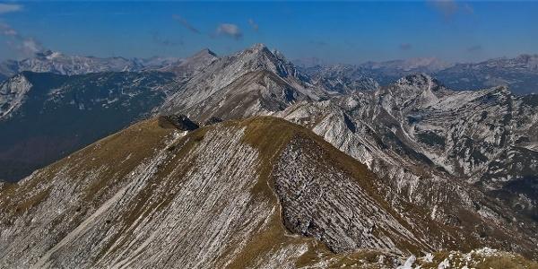 Marvellous views of the ridge towards Mt. Vrh nad Škrbino and Mt. Tolminski Kuk