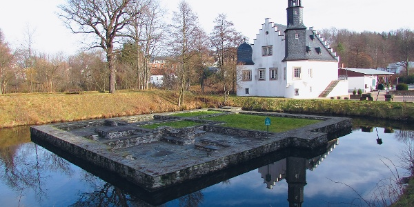 Reste der einstigen Wasserburg - im Hintergrund das Schlösschen Rodewisch