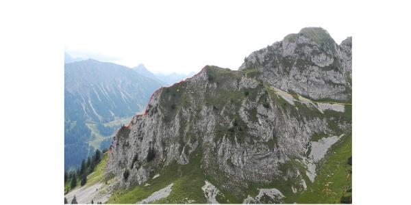 Verlauf der Route (rot) und der beiden Abstiegsvarianten (orange). Abnschnitte, Ansicht von NO (Zwerchwand). Nicht einsehbare Abschnitte der Tour sind gestrichelt eingezeichnet.