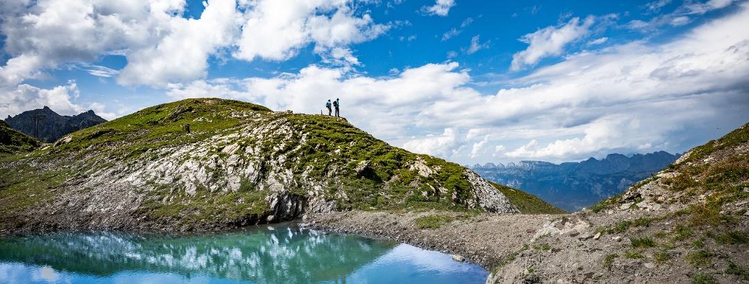 Wolken spiegeln sich im Wangsersee