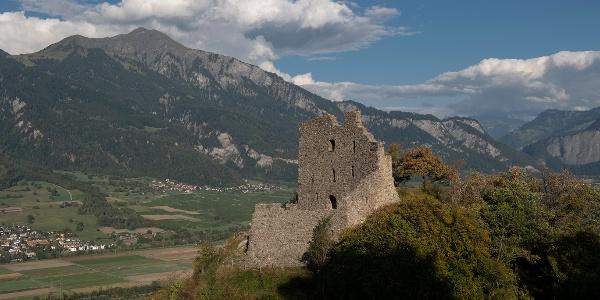 Die Ruine Wartenstein thont über dem Rheintal
