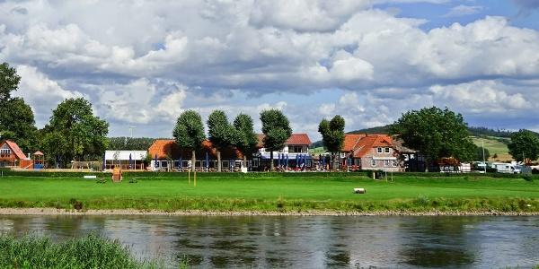Grohnder Fährhaus von der Weser betrachtet