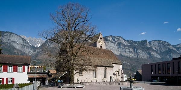Kirche mit Kirchplatz und Linde