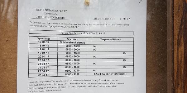 Tafel der Schießzeiten am Truppenübungsplatz Bruckneudorf