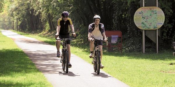 Maifeld-Radwanderweg_Gemütliches Radfahren auf der ehemaligen Bahntrasse