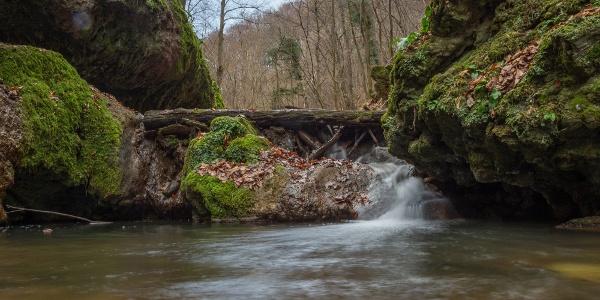 A Csepegő-kő vízesésénél