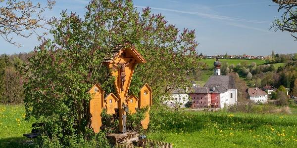Totenbretter entlang des Weges oberhalb von Höglwörth