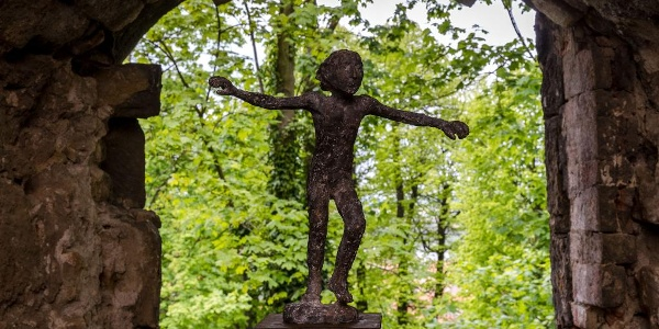 Zum jährlichen Skulpturensommer Pirna ziehen zahlreiche Exponate in die Bastionen ein.