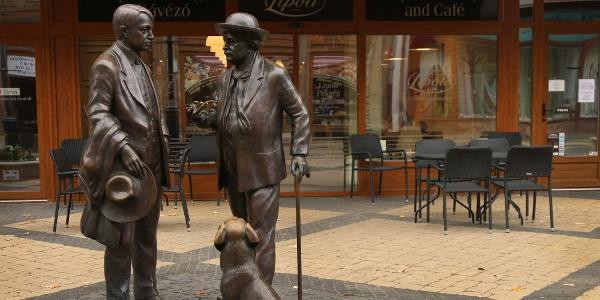 Figyeljétek a szobrokat is a sétálóutcán!