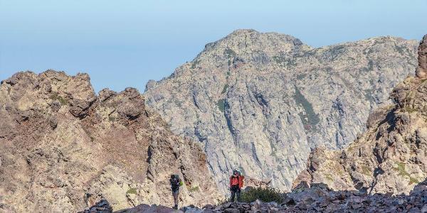 V pozadí Punta Mezagnu (2148 m n.m.)