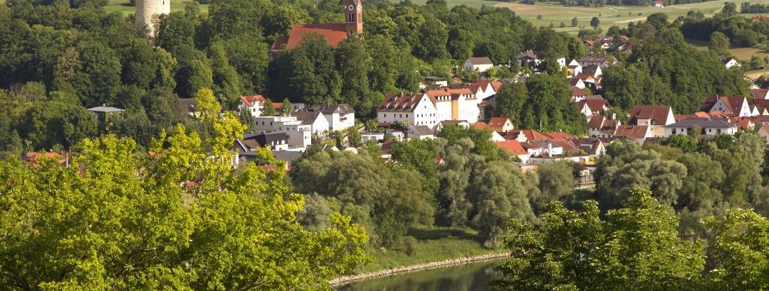 Blick auf den Kurort Bad Abbach mit Heinrichsturm und Kirche St. Nikolaus