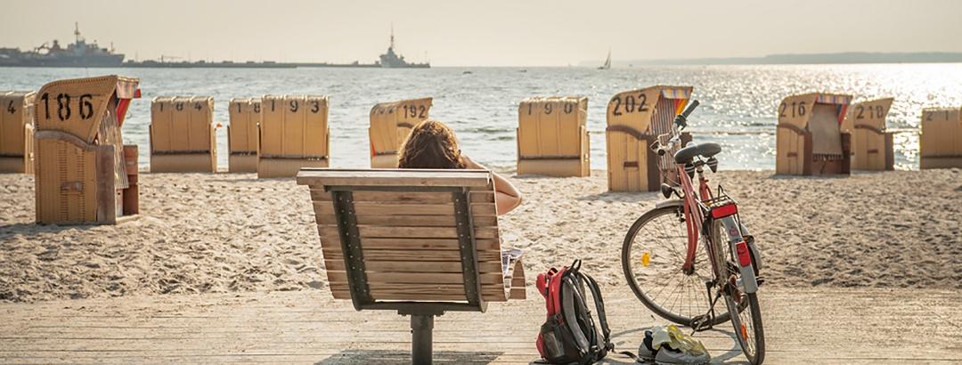 Radfahrer bei einer Rast an der Ostseeküste