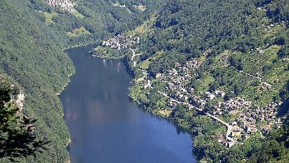 Lago Vogorno voll gefüllt mit Vogorno und St. Bartolomä.