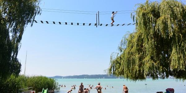 Kötélen a strand felett a Brázay-Kalandpartban