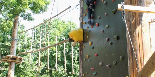 Biztosított mászás a balatonboglári kalandparkban