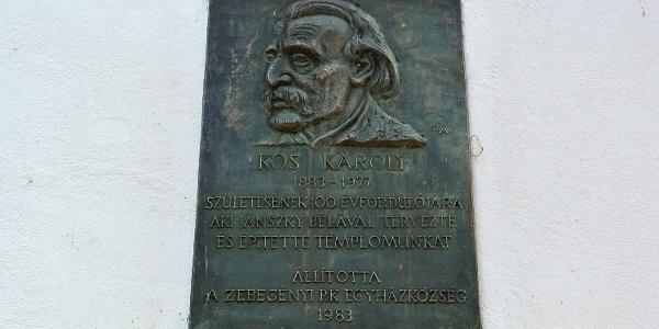 Kós Károly emléktáblája az általa tervezett zebegényi templom falán