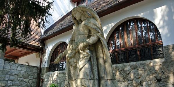 Árpád-házi Szent Erzsébet-szobor a zebegényi templom mellett