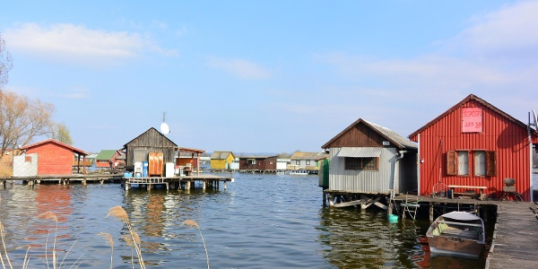 Néhány ház csak csónakkal érhető el a Bokodi-tavon