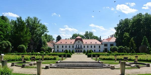 A nagycenki Széchenyi-kastély a díszudvarból nézve
