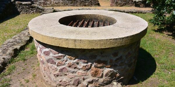 Az egykori kolostor kerengője közepén állt a ma is látható kőkút
