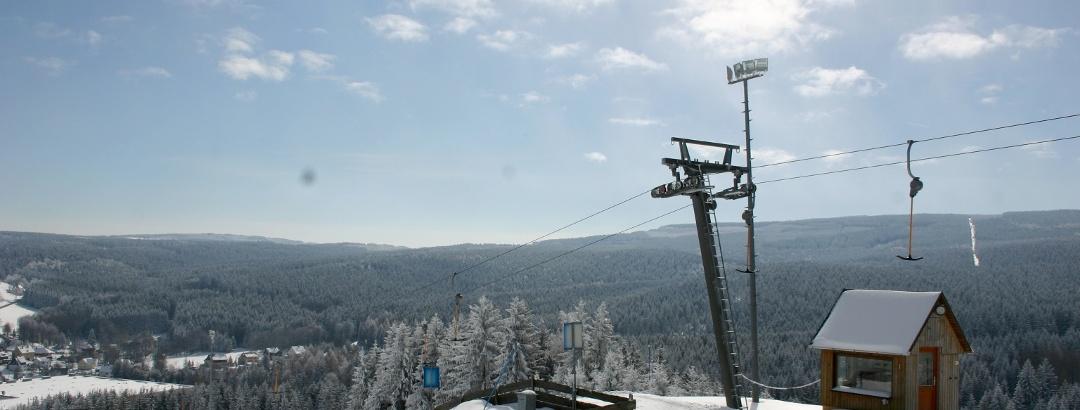 Der Skilift auf dem Paulusberg im OT Neudorf mit Blick auf den Erzgebirgskamm