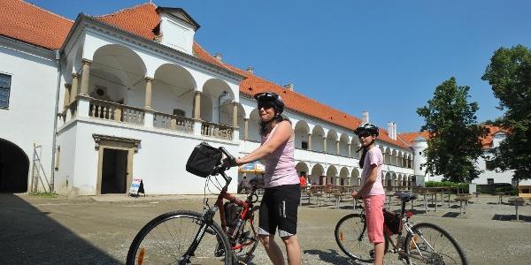 Cyklisté u zámku v Oslavanech
