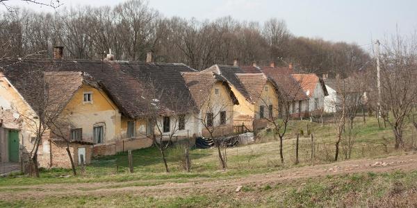 Antalszállást elhagyva a régi téglagyár lakóházai mellett megyünk el