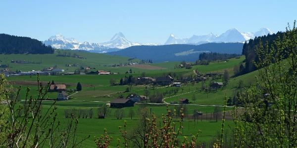 Blick von Rüttihubelbad auf die Berner Alpen.